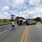 ACIDENTE: Caminhão que levava abacaxi tomba em Vitória da Conquista