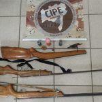 CONQUISTA: Adolescente é flagrado pela Caesg com espingardas e munições