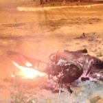 POLÍCIA: Moradores queimam moto de assaltante em São Sebastião