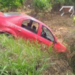 VOCÊ REPÓRTER: Motorista perde o controle e carro cai em valeta