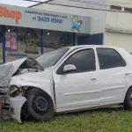 CONQUISTA: Carro fica destruído após bater em árvore na Avenida Bartolomeu de Gusmão