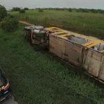 Caminhão cegonha tomba e danifica 11 carros que estavam no veículo