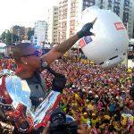 CARNAVAL: Com braço robótico, Léo Santana promove quebradeira e leva público à loucura