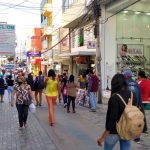 CONQUISTA: Comércio reabre com bastante movimentação de pessoas no Centro VEJA
