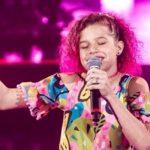 CONQUISTA: Analu Sampaio retorna ao vivo no The Voice Kids e precisa do nosso voto
