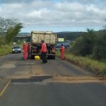 VOCÊ REPÓRTER: Após denúncias, equipe tampa buracos na estrada entre Conquista e Barra do Choça