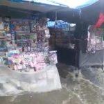 CONQUISTA: Chuva leva quase todas as mercadorias de barraqueiros no centro da cidade ASSISTA