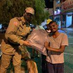 Patrulha Solidária PM entrega cobertores, sandálias e alimentos a moradores de rua em Vitória da Conquista