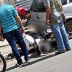 CONQUISTA: Homem fica ferido, após moto que estava em oficina cair por cima dele VEJA