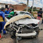 CONQUISTA: Carro bate em carreta próximo as estruturas de ferro da Via Bahia no bairro Miro Cairo ASSISTA