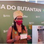 1ª mulher indígena vacinada contra Covid-19 no Brasil é baiana e fala sobre respeito aos cientistas e imunização: 'É importante'