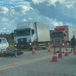 Moto e caminhonete colidem na BR 116; Motociclista morreu no local