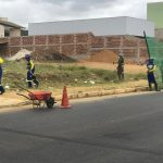 CONQUISTA: Após cobranças, equipe da prefeitura limpa proximidades da escola CAIC