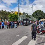 CONQUISTA: Comerciantes realizam protesto em frente a prefeitura e dizem que 'fechar o comércio não é a solução'