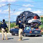 PRF flagra carro transitando na rodovia com mudança no teto e lotação excedente