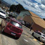 URGENTE: Bandidos roubam táxi, batem veículo e fogem do local; Ação aconteceu no bairro Brasil