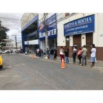 CONQUISTA: Trabalhadores enfrentaram fila e aglomeração para receber o auxílio emergencial