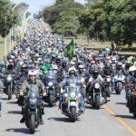 No Dia das Mães, Bolsonaro ignora regras e gera aglomeração com motoqueiros em Brasília