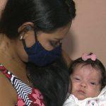 Final feliz: Mulher dá à luz intubada, conhece filha após um mês e vai passar Dia das Mães curada e em casa