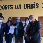Ao lado do vereador Fernando Jacaré e com emenda do deputado Waldenor Pereira, prefeita Sheila Lemos assina Ordem de Serviço para pavimentação de avenida na urbis 6