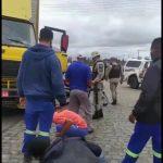 CONQUISTA: Motociclista fica embaixo de caminhão após acidente na Vila Bonita