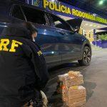 Após fuga na rodovia, PRF apreende crack e cocaína dentro de carro